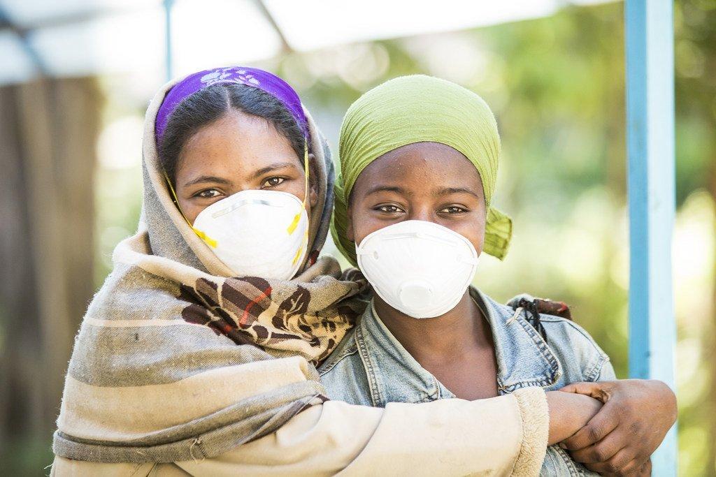 Dos mujeres que estan en tratamiento para tuberculosis resistente a los medicamentos en Addis Ababa, Etiopía.