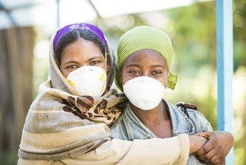 Deux femmes faisant l'objet d'un traitement à Addis-Abeba, en Ethiopie, où une personne meurt toutes les deux heures à cause des accidents de la route.