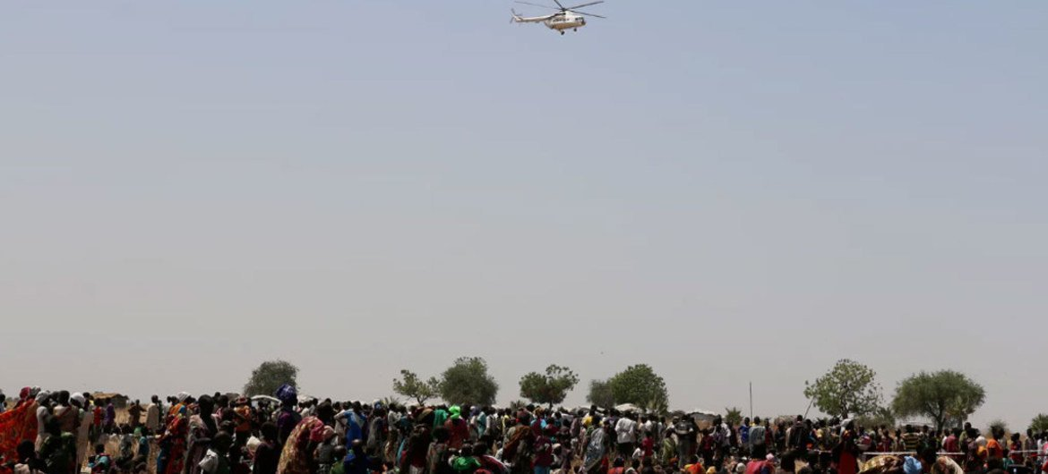 A WFP helicopter arrives Thonyor, Leer County, South Sudan, with supplies of nutrition items and vegetable oil, as part of an inter-agency rapid response mission to provide assistance to people threatened by famine.