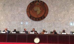 Lors de leur mission dans la région du bassin du lac Tchad en mars 2017, les membres du Conseil de sécurité se sont rendu au siège de la Communauté économique des États de l'Afrique de l'Ouest (CEDEAO) et ont discuté des défis auxquels la région est confrontée (archive).