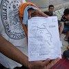 巴基斯坦移民在希腊科斯在展示一份地图。他们收到了关于匈牙利边境的关闭、并建议从克罗地亚经过的信息。