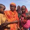 Mujeres somalíes desplazadas por la sequía esperan al Secretario General de la ONU, que visitó Baioa (Somalia) en marzo. Foto: ONU/Laura Gelbert
