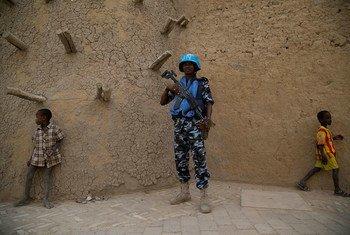 Un Casque bleu de l'ONU à l'extérieur d'une mosquée à Tombouctou, au Mali. Photo MINUSMA/Harandane Dicko