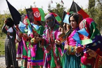 拉格曼城正在庆祝国际妇女节,女性身着各色传统服饰聚集在一起。