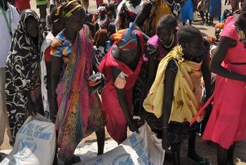 Des femmes à Ganyiel, dans l'Etat d'Unité, au Soudan du Sud, collectent de la nourriture. (archives) Photo OCHA/Gemma Connell