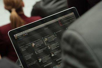Un usuario consulta twitter en su ordenador portátil. Foto: Banco Mundial
