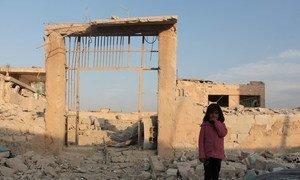 Meninas de sete anos em frente à sua escola em Idlib, na Síria.