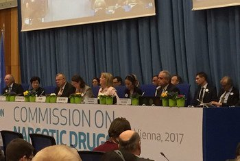 Le Directeur exécutif de l'ONUDC, Yury Fedotov, (troisième à gauche) s'exprimant à l'ouverture de la 60e session de la Commission des stupéfiants (CND) à Vienne, en Autriche.