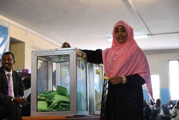 Une femme parlementaire vote lors de l'élection pour le premier et le deuxième vice-président de la Chambre du Peuple du Parlement fédéral à Mogadiscio, en Somalie