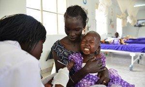 Une professionnelle de santé administre des antibiotiques à une fillette à Juba, au Soudan du Sud. Photo UNICEF/Christine Nesbitt