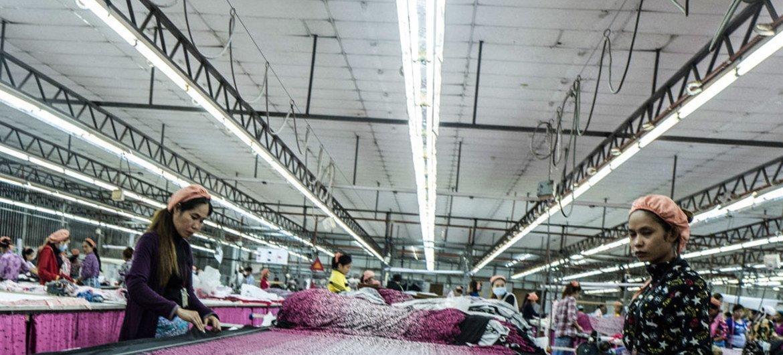Текстильная фабрика в Камбодже.