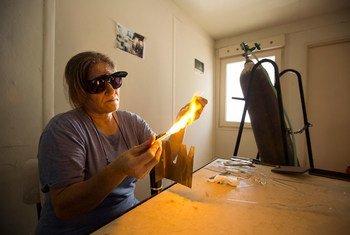 Sofa Tofla trabaja como sopladora de vidrio en una tienda de Beirut. Foto: ONU Mujeres/Joe Saade