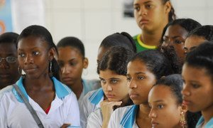 Estudiantes de la escuela Barros Barreto presenciando una obra sobre el racismo y la discriminación racial, en Salvador, Brasil.