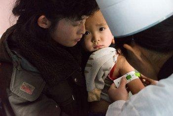 يتم الكشف على الأطفال من أجل سوء التغذية وإعطاء اللقاحات في عيادة مبنية حديثاً في مقاطعة موسان بجمهورية كوريا الشعبية الديمقراطية.