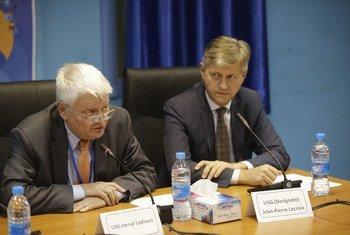Le Secrétaire général adjoint aux opérations de maintien de la paix, Hervé Ladsous (à gauche) lors d'une conférence de presse à Juba, au Soudan du Sud, avec son successeur, Jean-Pierre Lacroix, qui prendra ses fonctions en avril. Photo MINUSS
