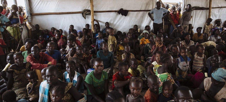 Des réfugiés sud-soudanais attendent d'être enregistrés au centre de réception d'Imvepi, dans le nord de l'Ouganda, en mars 2017. Photo HCR/David Azia