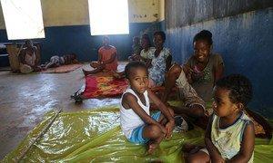 Des femmes et des enfants déplacés par le cyclone Enawo ont trouvé refuge dans une salle de classe, dans la région de Sava, à Madagascar. Photo UNICEF Madagascar