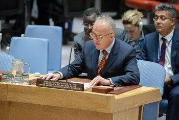 El representante especial y jefe de la Misión de Asistencia en Somalia (UNSOM), Michael Keating, informa al Consejo de Seguridad. Foto: ONU/Manuel Elias
