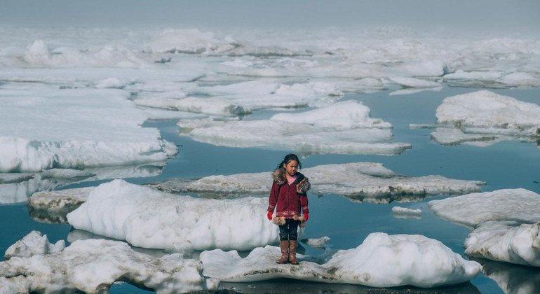 Una niña camina por las capas de hielo del Ártico en Barrow, Alaska. La pérdida de hielo en el Ártico es uno de los efectos del calentamiento global.