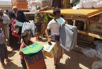 نازحون من المخا في محافظة تعز، غرب الیمن، يتلقون المساعدة الطارئة من المفوضية السامية   لشؤون اللاجئين. المفوضية: / أدم شقيري