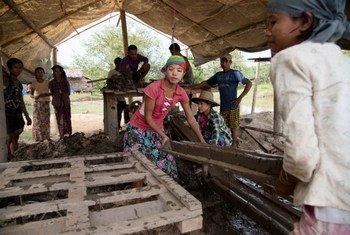 Wafanyakazi wahamiaji wakiwa kazini katika kiwanda cha matofali huko Mawlamyine, Myanmar.