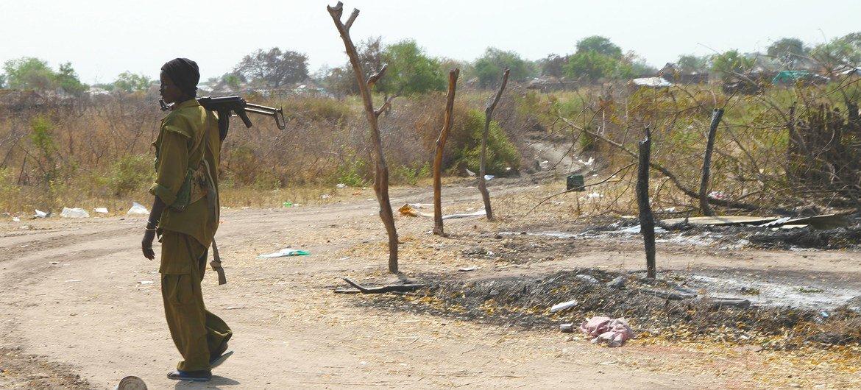 Mtu mwenye silaha katika mji wa Pibor, jimbo la Jonglei Sudan Kusini. Pibor umeshudia makabiliano yaliyosababisha watu kuhama na makazi yao kuharibiwa.