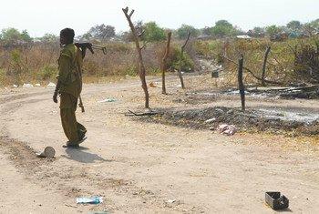 Un individu armé dans la ville de Pibor, dans l'Etat de Jonglei. Pibor a connu des affrontements violents qui ont entraîné des déplacements, ainsi que la destruction des moyens de subsistance et de biens. (archive) Photo: OCHA / Cecilia Attefor