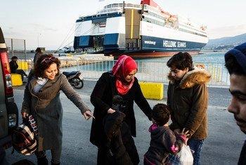 在难民署的帮助下,这个叙利亚难民家庭终于得以乘船从希腊的莱斯博斯岛转移到该国本土。
