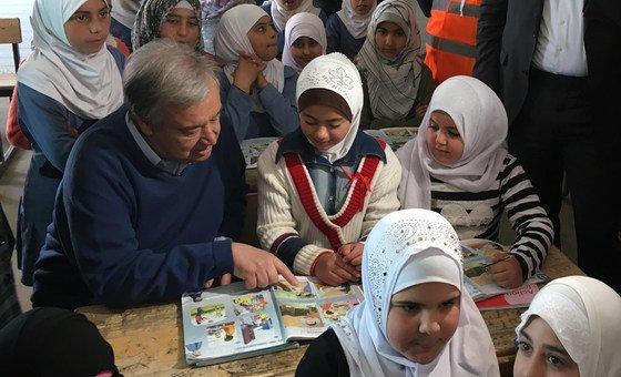 الأمين العام للأمم المتحدة أنطونيو غوتيريش في مخيم الزعتري للاجئين السوريين في الأردن.