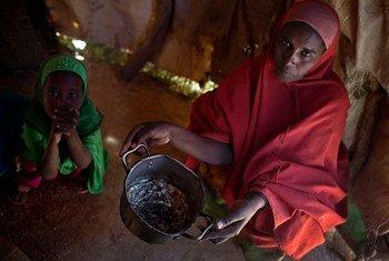 Una mujer con su hija en un campamento en la localidad de Ainabo, en Somalia. Foto: UNICEF/Kate Holt