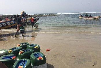 Des pêcheurs de Yoff, au Sénégal, se préparent à prendre la mer.
