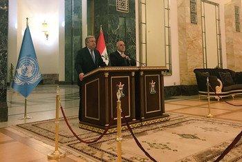 Le Secrétaire général António Guterres lors d'une conférence de presse avec le Premier ministre d'Iraq, Haider al-Abadi, à Bagdad. Photo ONU