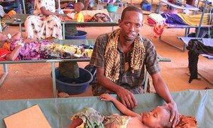 Nur Ismail, 3 ans, est traité pour diarrhée aqueuse aiguë au centre de traitement du choléra dans un hôpital à Baidoa, en Somalie. Son père, Hassan Ismail, est à ses côtés.
