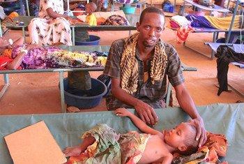 طفل صومالي يعالج من الكوليرا في الصومال.