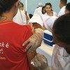 Una niña es vacunada contra la fiebre amarilla en Brasil. Foto: OMS/A. Costa