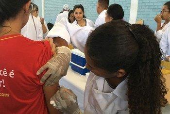 Campanha de vacinação contra a febre amarela no Brasil.