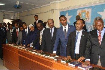 أعضاء الحكومة الجديدة في حكومة الصومال يؤدون اليمين الدستورية. المصدر: بعثة الأمم المتحدة لتقديم المساعدة إلى الصومال