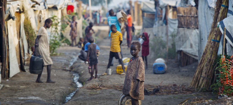 Une jeune fille devant un abri temporaire sur le site de protection des civils de l'ONU de Bentiu, au Soudan du Sud. (archive)