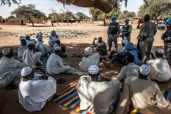 Les Casques bleus de la MINUAD ont rencontré des chefs communautaires dans le camp de Zam Zam pour les personnes déplacées près d'El Fasher, au nord du Darfour.