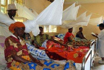 Un centre de santé soutenu par le FNUAP à 400 kilomètres au sud-ouest de Kampala, la capitale de l'Ouganda, comprend un quartier où les femmes à la fin de leur grossesse peuvent rester confortablement et éviter les voyages pénibles une fois que l'accouchement commence.