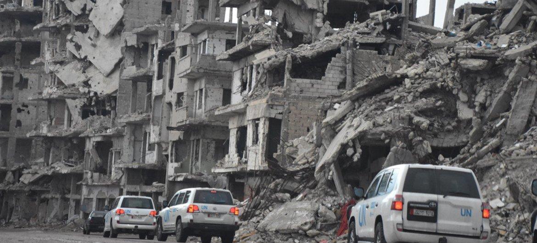Автоколонна ООН едет через разрушенный Хомс