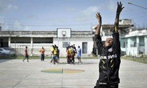 索马里一名女孩在学习打篮球,投篮!联合国图片/Tobin Jones