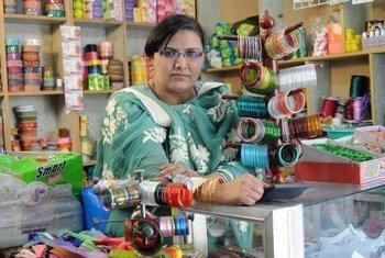 Une femme vendant des cosmétiques au Pakistan.