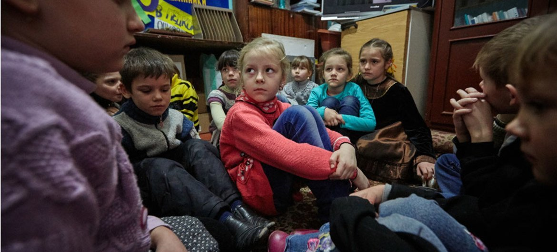 Le 13 février 2017, des élèves dans l'est de l'Ukraine participent à un exercice pour se préparer à un bombardement.