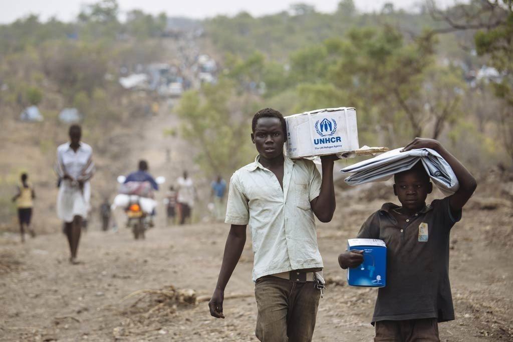 在乌干达北部地区的一个难民营地,南苏丹难民拿着救济物品。