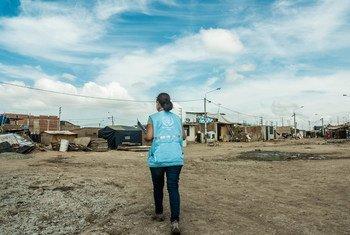 Personal de la ONU asiste a personas afectadas por las lluvias torrenciales que arrasaron en marzo el norte del país. Foto: Mónica Suarez Galindo/PNUD Perú