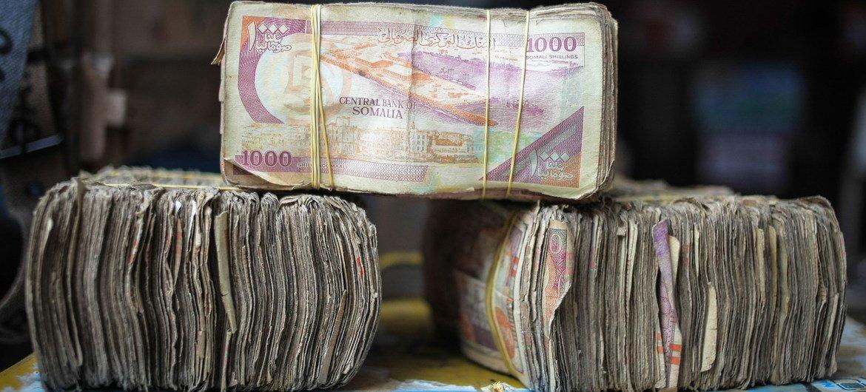 Billetes de chelines somalíes en una casa de cambio en la capital, Mogadiscio.