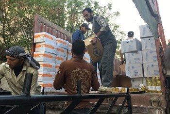 (من الأرشيف) برنامج الأغذية العالمي والشركاء يوزعون مساعدات غذائية على أكثر من 35 ألف شخص في مناطق يصعب الوصول إليها.