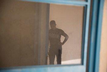 Un jeune homme attend dans un centre de transit de l'OIM à Agadez, au Niger (archives). Photo OIM 2016/Amanda Nero