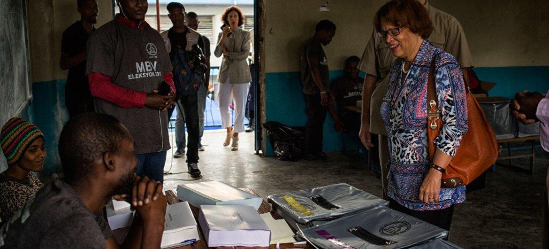 ساندرا أونوريه الممثلة الخاصة للأمين العام في هايتي، تزور مركزا للاقتراع أثناء الانتخابات التي جرت مطلع 2017. Photo; UN/MINUSTAH/Logan Abassi